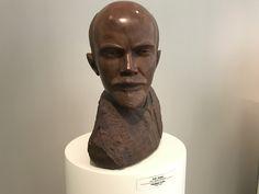 Busto de Lenin en madera de quebracho, por Stepan Erzia. (Foto: Roberto Martínez) Buddha, Sculpture, Statue, Unique, Artist, Russia, Wood, Photos, Sculpting