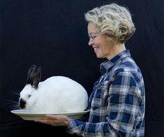Går du ind for dyrevelfærd og bæredygtighed, skal du spise hjemmeavlede kaniner. Kaniner smager godt og deres kød er sundt. Tine Kortenbach har slagtekaniner i haven og har skrevet en bog, der skal hjælpe os med at avle kaniner til spisebordet. Hun elsker sine kaniner, passer godt på dem og giver dem en værdig afslutning på livet.