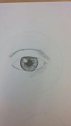 Ik heb deze les de iris gemaakt, de schaduw heb ik ook gemaakt. Die ging nog lastig want de maker van het filmpje tekent anders dan ik doe, omdat zij ander papier en andere potloden heeft.