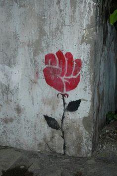 Banksy I presume? Urbane Kunst, Jolie Photo, Street Art Graffiti, Public Art, Urban Art, Flower Power, Cool Art, Stencils, Art Photography