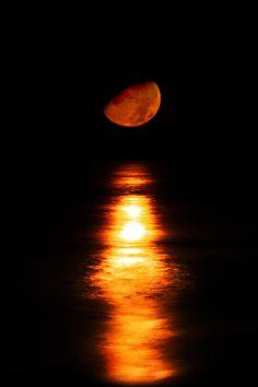 ✮ Luna roja, sobre el mar negro :3