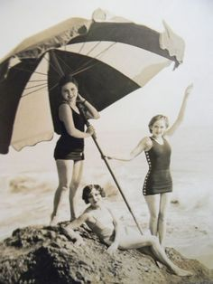 Vintage Fashion These are were featured players in the at Universal Pictures back in the silent movie days. Under the parasol is Barbara Kent, standing beside her is Barbara Worth, and reclining at their feet is Ethlyne Clair. Vintage Beach Photos, Vintage Pictures, Vintage Photographs, Old Pictures, Old Photos, Vintage Beach Signs, Madame Gres, Belle Epoque, Portraits Victoriens