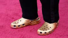 My Oscars Red Carpet Obsession Is Questlove's Golden Crocs | Vogue Carey Mulligan, Reese Witherspoon, Hollywood Glamour, Divas, Lila Outfits, Memes, Crocs Men, Cooler Look, Principal