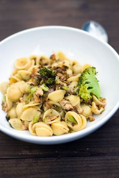 Squisite, veloci e leggerissime orecchiette ai broccoli e tonno in scatola. Una ricetta semplice e gustosa per un pranzo light e senza troppi sforzi!