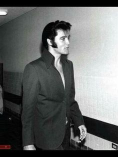 Elvis looking super hot.