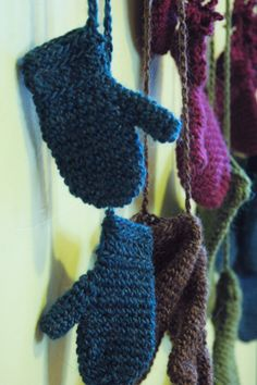 mittens on strings, 8 different sizes, free pattern