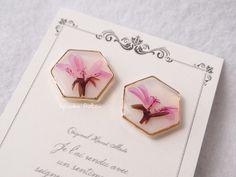 小さなピンク色の小花(ラベンダーラス)とミルキーホワイトのベースカラーがシンプルcute..:*゚クラシカルにもポップにも♡可愛いワンポイントとしていかがでしようか..:*゚<素材/サイズ> ・素材:押し花/レジン/金メッキ・たて約15mm×よこ約17m...