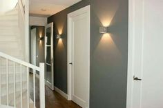 mooie deuren , mooie blikvangers in die gekleurde muur - Hal
