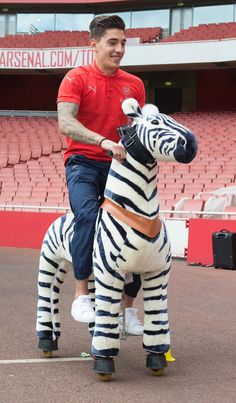 First up are Hector Bellerin and Chuba Akpom. Both have been challenged to race Gunner on a zebra! Watch the video, Arsenal Football, Arsenal Fc, Football Team, Great Team, Soccer Players, Premier League, My Boys, Superstar, Hot Guys