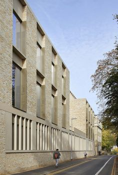 Image 15 of 26 from gallery of 24 Projects Shortlisted in 2019 RIBA East Awards. Simon Sainsbury Centre, Cambridge Judge Business School, by Stanton Williams. Cultural Architecture, Conceptual Model Architecture, Hospital Architecture, Architecture Résidentielle, Education Architecture, Stanton Williams, Brick Facade, Building Facade, Building Ideas