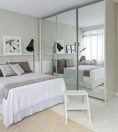 Decoração simples de quarto com portas espelhadas no armário