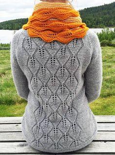 Løvfall jakke har et vakkert løvmønster på ryggen og den strikkes i ett eneste stykke, og monteringen består kun i å feste knapper og tråder.