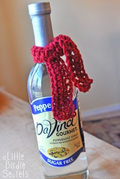 hot chocolate syrup or wine bottle scarf pattern {easy christmas neighbor gift} | Little Birdie Secrets