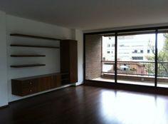 Este apartamento es exterior, iluminado en todas partes y está para estrenar. Tiene 210 mt2, 3 habitaciones, cada una con su baño. Sala comedor amplias, cocina abierta (con un mesón que la independiza un poco de la zona social), cuarto y baño del servicio y zona de lavandería. Los pisos son en madera y las habitaciones están entapetadas. Tiene una linda vista. Mas información y fotos en: http://www.clasinmuebles.com/properties/bogota/hermoso-apartamento-en-chico-reservado-641.html