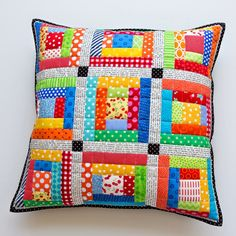 Scrappy Quilted Patchwork Pillows This quilt pattern / tutorial is available for free. Crazy Patchwork, Patchwork Patterns, Patchwork Quilting, Patchwork Bags, Scrappy Quilts, Mini Quilts, Quilt Patterns, Patchwork Cushion, Quilted Pillow