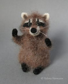 Needle felted raccoon by Helena Hermann, Filz Waschbär