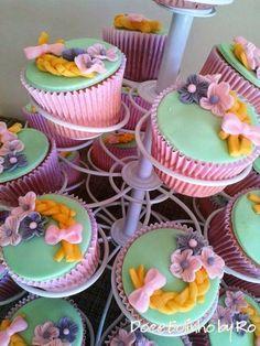 Cupcake Rapunzel vermelho, rosa, amarelo e roxo.