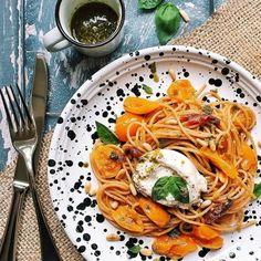 Pasta con burrata e pomodorini gialli: a prova di svenimento! | Vita su Marte Pesto, Spaghetti, Ethnic Recipes, Food, Dolce, Instagram, Vegetarian, Mars, Spring