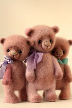 What cute little bears. I love the bows around their necks and their faces are pretty sweet too.