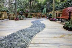 Vialetto di sassi su patio in legno