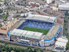 Stamford Bridge es un estadio de fútbol en el distrito de Hammersmith y Fulham, en Londres, Inglaterra, y es el hogar del Chelsea Football Club. El estadio se encuentra ubicado en el área urbana de Walham Green y es apodado como The Bridge por los seguidores del club. La capacidad del estadio es de 41.837 espectadores.
