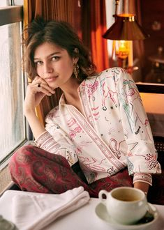 Discover recipes, home ideas, style inspiration and other ideas to try. Sunday Outfits, Summer Outfits, Folk Print, Aesthetic Women, Warm Weather Outfits, Italian Girls, Professional Outfits, Art Model, Covered Buttons