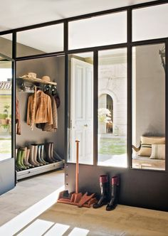 glazen pui tussen entree en zitkamer eventueel met hoeken eruit (in steen)