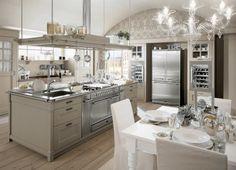 La cucina è dotata di un'ampia isola centrale, con piano in acciaio inox e area cottura semi-professionale, con due forni contenuti tra i cassettoni estraibili.