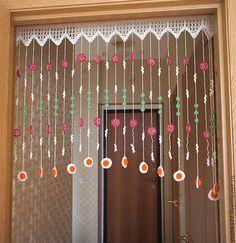 Luty Artes Crochet: Cortina de crochê Crochet Garland, Crochet Curtains, Beaded Curtains, Crochet Doilies, Cute Curtains, Rag Curtains, Curtain Patterns, Crochet Home Decor, Crochet Videos