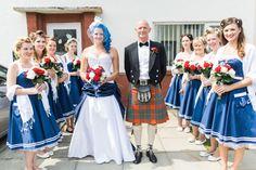 Noiva com o cabelo azul e madrinhas com vestidos inspirados na Marinha.