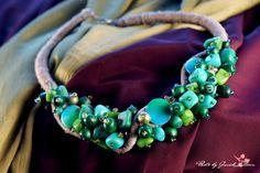 EVITA - gładzona, barwiona masa perłowa, barwiony marmur oraz zakopiańskie, drewniane koraliki.