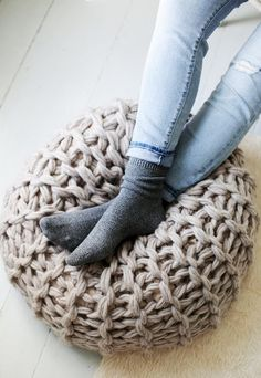 See three different versions of this great pouf pattern from Knitting Without Needles by Anne Weil. Fabulous arm knitting and finger knitting patterns! Diy Tricot Crochet, Crochet Home, Knit Or Crochet, Crochet Leaves, Chunky Crochet, Hand Crochet, Knitted Pouf, Knitted Blankets, Yarn Projects