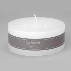 Bougie blanche ronde 3 mèches Amadeus Bougie décorative pour une ambiance douce et chaleureuse. En décoration ou sur votre table de fête Durée 42h00 Dimensions: Diamètre 15 cm Hauteur 6 cm Paraffine