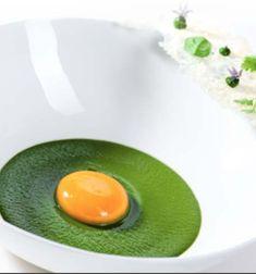 Uovo al vapore, crema di spinaci, cialda al Parmigiano