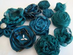 11 tutorial links for fabric flowers The Whole Happy Fabric Flower Tutorial Family + Fabric Flower eBook Handmade Flowers, Diy Flowers, Fabric Flowers, Paper Flowers, Headband Flowers, Material Flowers, Teal Fabric, Ribbon Flower, Buy Fabric