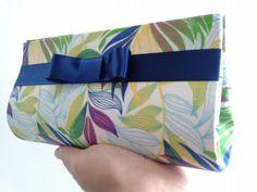 Necessaire em cartonagem, tecido 100% algodão, fita de cetim e fechamento com botão magnético. Diy Clutch, Clutch Bag, My Bags, Purses And Bags, Purse Wallet, Pouch, African Accessories, Art Bag, Cardboard Crafts