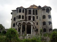 The Drug Lords Mansion in Jamaica Old Abandoned Buildings, Abandoned Castles, Abandoned Mansions, Old Buildings, Spooky Places, Haunted Places, Derelict Places, Abandoned Places, Jamaica Travel