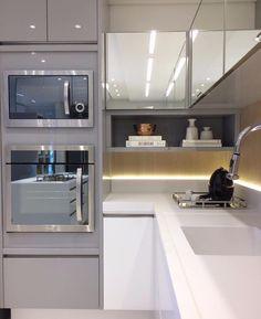Queria essa cozinha pra mim! Hahaha adoro iluminação indireta, super valoriza o ambiente! Projeto por Autor Desconhecido. ⠀ ⠀ Confiram…