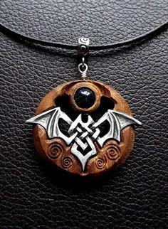 Todchic, Magische Zauberwelt, Holz, Amulett, Keltische Fledermaus