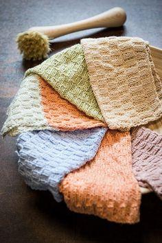 Disse lækre vaskeklude er lavet i Mayflower 8/4 Egyptisk 100% Økologisk Bomuld. Med denne strikkeopskrift kan du strikke to karklude