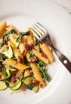 Pełnoziarnisty makaron penne z cukinią, szpinakiem i suszonymi pomidorami  : Bardzo sympatyczne, letnie danie.