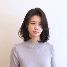 A imagem pode conter: 1 pessoa close-up Korean Hairstyle Medium Shoulder Length, Korean Haircut Medium, Medium Straight Haircut, Korean Short Hair, Medium Hair Cuts, Medium Hair Styles, Korean Haircut Round Faces, Short Hair Styles For Round Faces, Round Face Haircuts