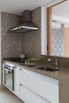 Cozinha com pastilhas de vidro de Cozinha compacta de Ana Yoshida - Viva Decora