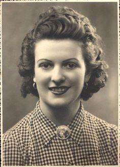 Photo portrait Paris femme 28 ans 5 mai 1943 pin up modèle mode coiffure