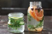 DIY Natural Spring Home Scents: Grapefruit slices, fresh sprigs of lavender and whole juniper berries - OR - Lime slices, cucumber slices and fresh peppermint leaves. BOIL Water and ADD items. How To Harvest Cilantro, How To Harvest Lettuce, Homemade Air Freshener, Natural Air Freshener, House Smell Good, House Smells, How To Remove Rust, Home Scents, Candles