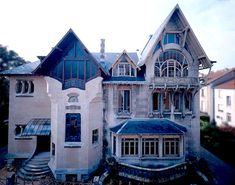 1898, Louis Majorelle confie à l'architecte H. Sauvagel'élaboration des plans de sa maison perso à Nancy. La Villa Majorelle ou Villa Jika, d'après les initiales de son l'épouse, Jeanne Kretz est construite en 1901-1902 . 1ère maison entièrement Art nouveau de Nancy, elle est conçue pour l'un des principaux artistes de l'Ecole de Nancy, Louis Majorelle, et résulte d'une parfaite collaboration entre artistes parisiens et nancéiens de renom.