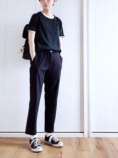 トップスもボトムもGUを使ったメンズライクな黒コーデ。白Tシャツを重ねたり、白ソックスをチラ見せしたりと、差し色を白でまとめた上級者の着こなしです。