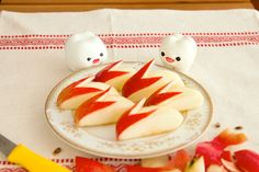 Apple Rabbits by mymilktoof, instructions by yumi via ohdesserts   http://pinterest.com/pin/2814818487229774/  #Apple_Rabbits #mymilktoof #yumi #ohdesserts