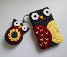 Crochet Mobile Case, Crochet Phone Case , Mobile Cover and Keychain, Phone Cover… Crochet Phone Cover, Crochet Case, Crochet Shell Stitch, Crochet Fabric, Crochet Owls, Crochet Gifts, Thread Crochet, Owl Mobile, Owl Keychain