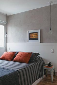 A designer de interiores Daniela Berland instalou lâmpadas grandes nas duas laterais da cama. Interruptores individuais facilitam a vida do casal de moradores.